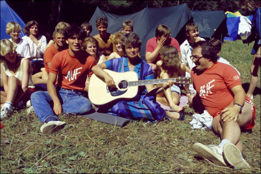 Ved siden av sosialt samvær og politiske diskusjoner, får AUF-erne på Utøya alltid besøk av de politiske lederne i moderpartiet. Her ser du tidligere statsminister Gro Harlem Brundtland sammen med ungdom på Utøya.