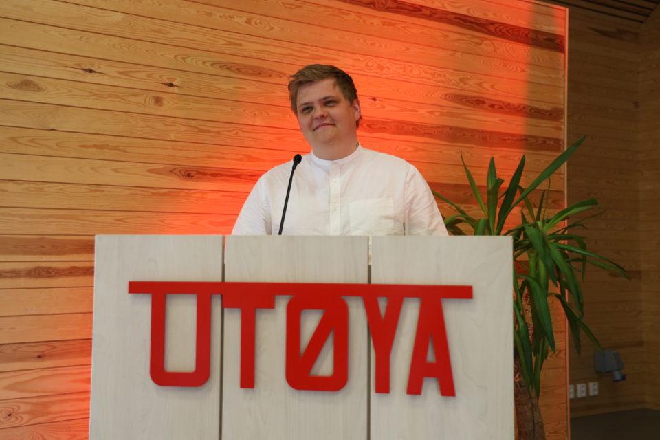 Nestleder i AUF Gaute Skjervø står på en taler stol med skriften Utøya og har akkurat sakt noe