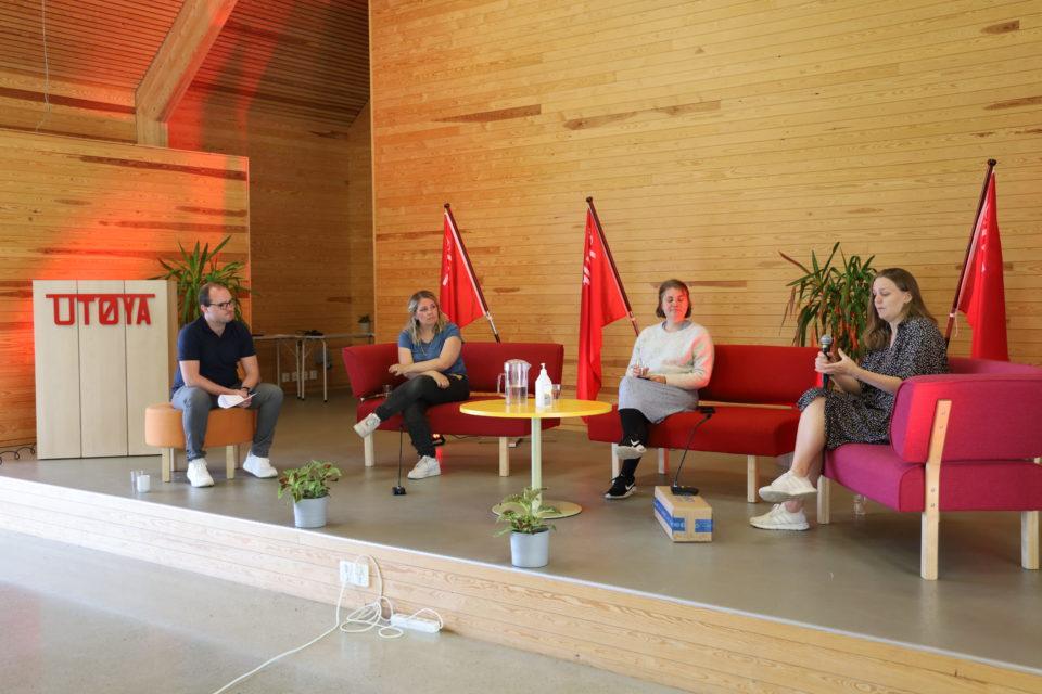 Sindre Lysø, Marianne Wilhelmsen, Ragnhild Kaski og Renate Tårnest sitter på hver sin lille sofa.